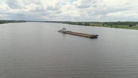 Péniche sur la rivière Volga banque de vidéos