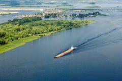 Péniche sur les étendues bleu-foncé du Volga de la taille de l'hélicoptère image libre de droits