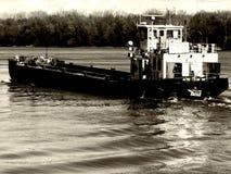 Péniche voyageant en amont sur le Danube photos libres de droits
