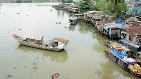 Péniches et cabanes sur la rivière de Saigon - Ho Chi Minh City (Saigon) banque de vidéos