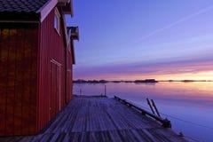 Péniches par le fjord dans la belle lumière de matin photo libre de droits