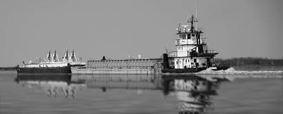 Péniches sur la rivière Photo libre de droits