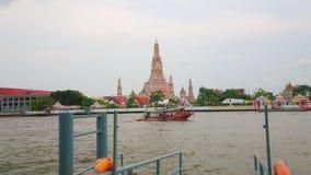 Péniches sur le fleuve Chao Phraya, Bangkok, Thaïlande clips vidéos