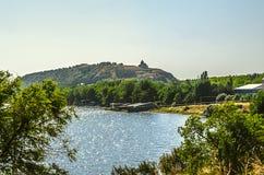 Péninsule avec le beau lac Sevan аlpine en Arménie Photo stock