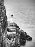 Péninsule de point de Neist avec le phare La mer bleue mousseuse heurte contre la falaise pointue Images libres de droits
