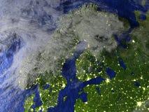 Péninsule scandinave la nuit sur le modèle réaliste de la terre Image stock