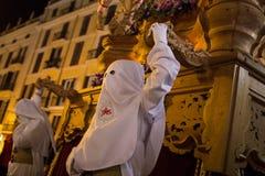 Pénitents à capuchon pendant le cortège de semaine sainte de Pâques en Majorque Photographie stock libre de droits