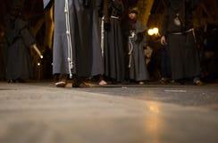 Pénitents aux pieds nus pendant le cortège de semaine sainte de Pâques dans la verticale de Majorque Photo libre de droits