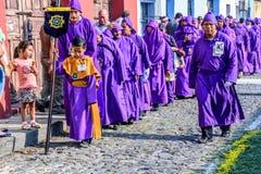 Pénitents dans le cortège saint de jeudi, Antigua, Guatemala Photos libres de droits