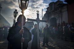 Pénitents dans un cortège de Pâques pendant la semaine sainte à l'Antigua, Guatemala Image stock