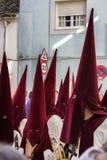Pénitents jouant des trompettes pendant la semaine sainte Images stock