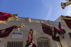 Pénitents jouant des trompettes pendant la semaine sainte dans le Vendredi Saint p Images stock