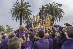 Pénitents jouant des trompettes pendant la semaine sainte dans le Vendredi Saint p Images libres de droits