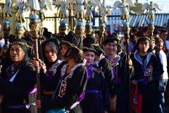 Pénitents non identifiés de femmes dans la tenue et la couronne des herbes amères portant le sceptre de figurine d'ange Photo libre de droits