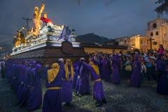 Pénitents portant un flotteur avec l'image de Jesus Christ dans un cortège de Pâques la nuit pendant la semaine sainte à l'Antigu Photographie stock