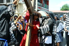 Pénitents reconstituant la passion du Christ Photos stock