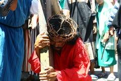 Pénitents reconstituant la passion du Christ Image stock