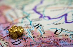 Pépite d'or et carte du Pérou Photos libres de droits