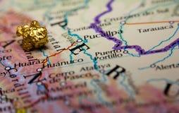 Pépite d'or et carte du Pérou Photo stock
