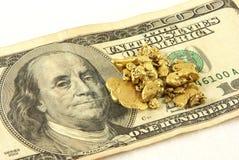 Pépites d'or et cents billet d'un dollar Photos stock