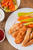 Pépites de poulet avec de la sauce et des légumes Photographie stock