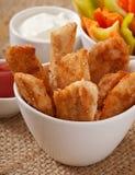 Pépites de poulet avec de la sauce et des légumes Photo stock