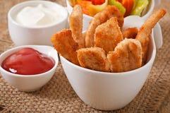 Pépites de poulet avec de la sauce et des légumes Photos libres de droits