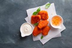 Pépites de poulet croustillantes frites avec des sauces Image libre de droits