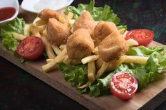 Pépites de poulet cuites à la friteuse Photo stock