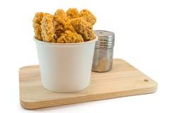 Pépites de poulet dans des boîtes de papier et le heab Images stock