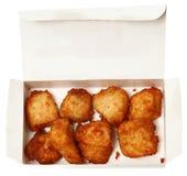 Pépites de poulet dans un restaurant d'aliments de préparation rapide à aller boîte Images libres de droits