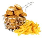 Pépites de poulet et pommes frites dans un petit fil faisant frire le panier Photo libre de droits