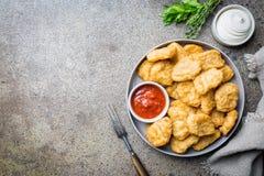Pépites de poulet frit croustillantes image libre de droits
