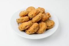 pépites de poulet frit d'un plat sur le blanc images libres de droits