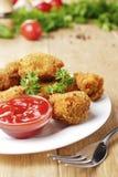 Pépites de poulet frit du plat sur la table en bois Image libre de droits