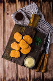 Pépites de poulet sur la planche à découper en bois avec le ketchup et la sauce, sur le fond en bois Foyer sélectif Vue supérieur photographie stock