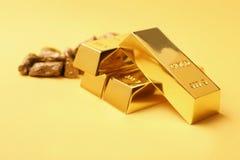 Pépites et lingots d'or photographie stock