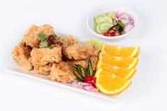 Pépites frites de tofu avec la crevette et le porc hachés sur le fond blanc Foyer sélectif Photographie stock libre de droits