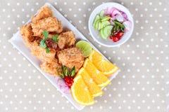 Pépites frites de tofu avec la crevette et le porc hachés sur le fond gris Image libre de droits