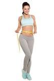 Pérdida de peso, muchacha de los deportes que mide su cintura Imagen de archivo