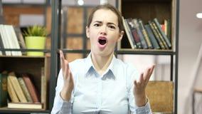 Pérdida, mujer que reacciona al fracaso, tensión, oficina interior almacen de metraje de vídeo
