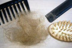 Pérdida y peine de pelo Imagen de archivo