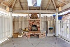 Pérgola con la chimenea del ladrillo en patio trasero Imagenes de archivo