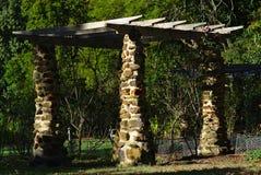 P?rgola con los pilares hechos fuera de piedra fotos de archivo libres de regalías