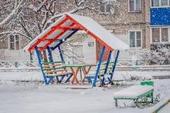 Pérgola de madera colorida debajo de la nieve fotos de archivo libres de regalías