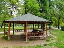 Pérgola de madera con el tejado verde en parque de la ciudad imágenes de archivo libres de regalías
