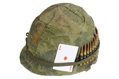 Période de guerre de Vietnam de casque de l'armée américaine avec la couverture de camouflage, la ceinture de munitions et l'amul Images libres de droits