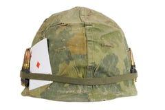 Période de guerre de Vietnam de casque de l'armée américaine avec la couverture de camouflage et la ceinture et l'amulette de mun Photographie stock