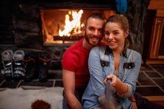 Période de la détente après les couples de ski faisant le selfie ensemble Photos libres de droits