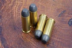 Période occidentale sauvage de cartouches de revolver sur le fond en bois Photographie stock libre de droits